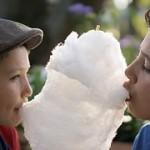 綿菓子を食べる少年たち